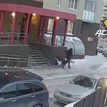 【閲覧注意動画】ビルから出て来た男性の真横に女性が落下してくる衝撃映像