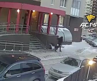 【動画】ビルから出て来た男性の真横に女性が落下してくる衝撃映像