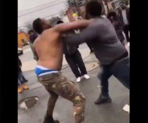 【動画】男性2人が激しい殴り合い。強烈なパンチで殴り倒す
