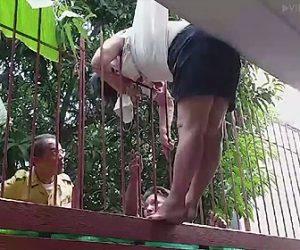 【閲覧注意動画】女性がバルコニーから転落し鉄柵に突き刺さり身動きが取れない