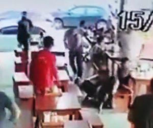 【動画】レストランに現れた強盗が非番の警官に撃たれる衝撃映像
