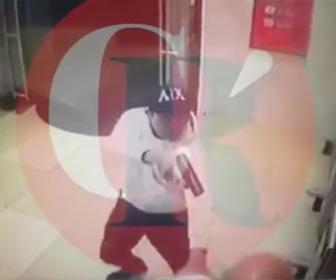 【動画】ATMに強盗が現れ男性と至近距離で銃撃戦になる衝撃映像