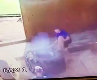 【動画】火の付いた巨大タイヤが大爆発し作業員が吹き飛ばされる衝撃映像