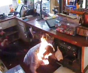 【動画】強盗が店員と女性客を粘着テープで縛り液体燃料をかけ火を付ける