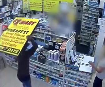 【動画】薬局で大暴れする男を警察官が取り押さえる