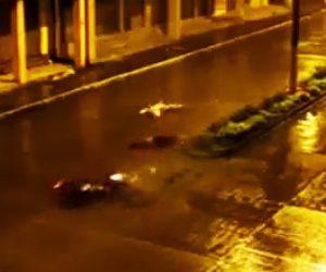 【動画】雨の中、女性2人乗りで走るバイクが街路灯に激突してしまう衝撃事故