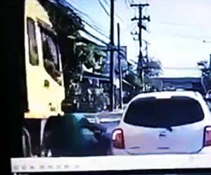 【動画】バイクが車と大型トラックの間に挟まれクラッシュしてしまう衝撃事故
