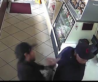 【動画】ドーナツ店のレジに並ぶ男性を後ろからナイフで刺しまくる男がヤバすぎる