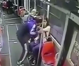 【動画】バス車内で15歳女子高生におじさんが抱きつき体を触りまくる衝撃映像