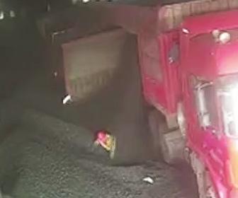 【動画】トラックから石炭を降ろそうとする作業員が石炭に埋もれてしまう
