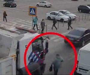 【動画】車の間をすり抜け道を渡ろうとした女性が恐ろしい事に…