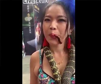 【動画】首にヘビを巻き生きたムカデを口にくわえる美女が怖すぎる