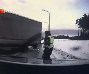 【動画】猛スピードのトラックが横滑りして警察官に突っ込んで来る衝撃事故