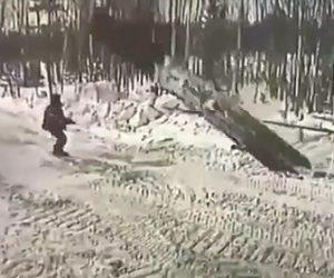 【閲覧注意動画】ショベルカーで引き抜いた鉄板が作業員に倒れてしまう衝撃事故