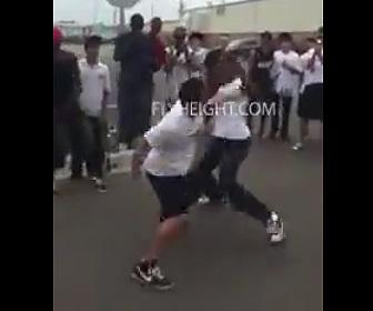 【動画】白人VS黒人 放課後学生が激しい殴り合い。衝撃のノックアウト