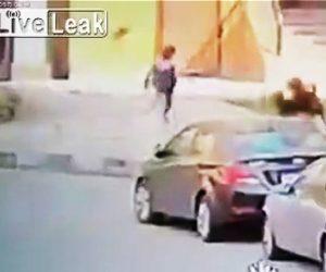 【動画】2匹の野犬から逃げる少年。必死に走って逃げるが…
