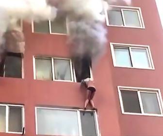 【動画】マンション8階の窓から身を乗り出し火事の炎から逃れようとする女性
