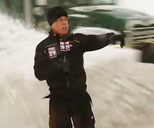 【動画】レポーターの横を除雪車が猛スピードで通り、除雪した雪が…