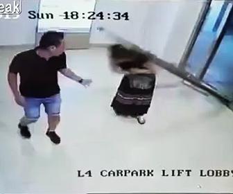 【動画】突然入口のガラスドアが倒れ女性に直撃してしまう衝撃映像
