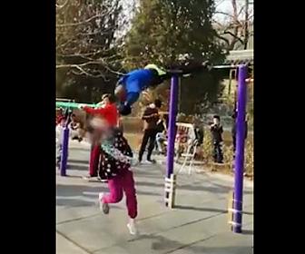 【動画】鉄棒でグルグル回るおじいさんに少女が激突してしまう衝撃映像