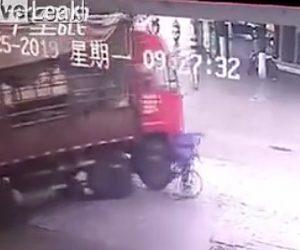 【動画】右折するトラックの死角に入ってしまった自転車に乗る男性が轢かれてしまう