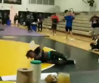 【動画】レスリングの試合中、体育館の天窓から男性が落下してくる衝撃映像