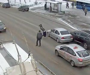 【動画】交通量の激しい道を渡ろうとする男性。車が道を譲ってくれたが…