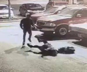 【動画】強盗が後ろから62歳おばあさんを殴り倒す衝撃映像