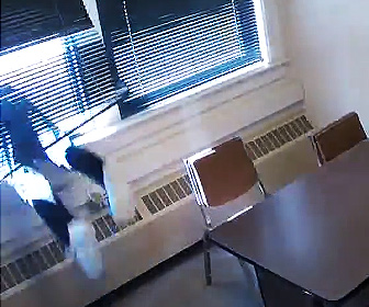 【動画】手錠をかけられた容疑者が2階の窓から飛び降りる衝撃映像