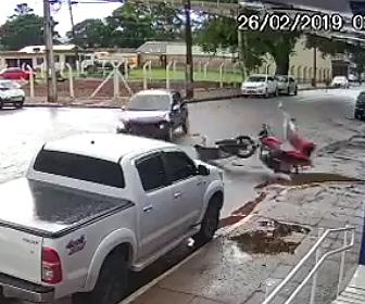 【動画】交差点で猛スピードのバイクと車が激突してしまう衝撃映像