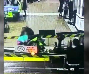 【動画】遊園地のミニ汽車にベビーカーを押す女性が激突してしまう衝撃映像