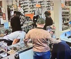 【動画】銃砲店で男4人が銃2丁持って走って逃げる衝撃映像