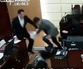 【動画】裁判所で彼女を地面に叩きつけ暴行する男
