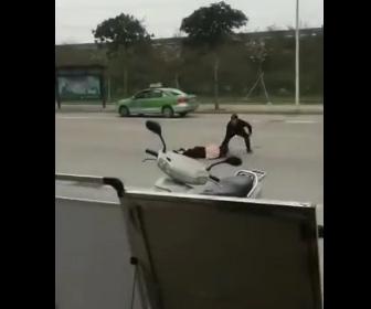 【動画】車道で妻を引き倒し包丁で斬りまくる衝撃映像
