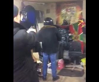 【動画】分厚いジャケットを銃が貫通するか試す為、ジャケットを着た男性を銃で撃つが…