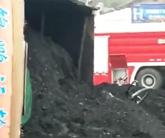 【動画】石炭を積んだ大型トラックが横転。車が下敷きになりレスキュー隊が救出するが…