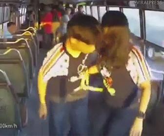 【動画】路線バス車内で男子高校生がナイフで滅多刺しに刺されてしまう衝撃映像