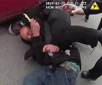 【動画】ナイフを持った男を警察官が取り押さえる衝撃映像