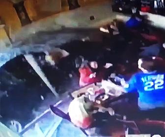 【動画】レストランにガラスを突き破り車が突っ込んで来る衝撃映像