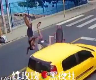 【動画】自転車に接触した2人乗りスクーターが反対車線に飛び出してしまい…