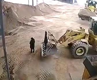 【動画】工事現場でホイールローダが現場監督に気づかず、砂と一緒に埋めてしまう衝撃映像