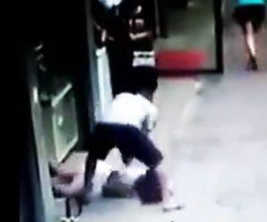 【閲覧注意動画】歩道にいる女性に男が襲いかかりナイフで刺しまくる衝撃映像