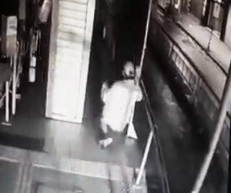 【閲覧注意動画】歩道で足を滑らせた男性が恐ろしい事になってしまう衝撃事故映像