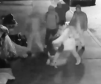 【動画】ホームレスの男性を男5人が襲撃。男達が激しい暴行行う衝撃映像