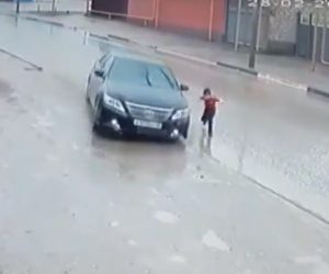【動画】走って道を横切る少年に猛スピードの車が…