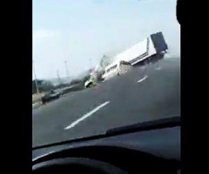 【動画】居眠り運転のトラックがバンを巻き込み横転してしまう衝撃映像