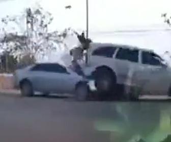 【動画】猛スピードの車がバイクをはね飛ばしSUV車に突っ込む恐ろしい事故映像