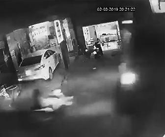 【動画】スクーターがセメントミキサー車と正面衝突してしまう衝撃映像