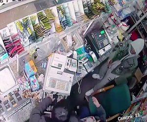 【動画】店に銃を持った2人の強盗が現れ店員の足を撃ち現金を奪い逃走する