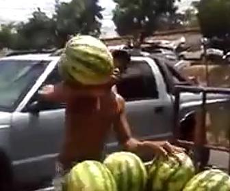 【動画】トラックの荷台から投げたスイカを巧みにキャッチする男性が凄い!